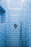 Душевая сделанная кирпичей и покрашенной сини стоковые фотографии rf