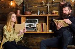 Душевная концепция вечера Отец капает влюбленность к книгам для его дочери Семья проводит приятный вечер с книгами стоковое изображение