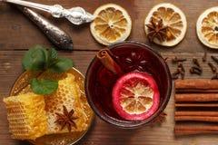 Душистое обдумыванное вино на деревянном столе ингридиенты деревенский стоковая фотография rf