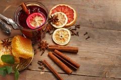 Душистое обдумыванное вино на деревянном столе r Деревенский стоковое фото