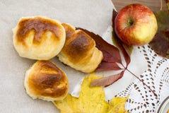 Душистые печенья и яблоки стоковые изображения rf