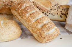 Душистые свежие печенья с плюшками сезама, хлебом Стоковая Фотография RF