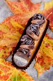 Душистый десерт на листьях осени Eclairs в осени Delici стоковые фотографии rf