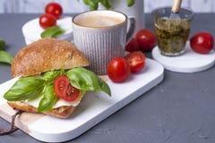 Душистый кофе утра и сандвич с моццареллой, соусом песто с базиликом для еды завтрака вкусной и здоровой итальянско стоковые фотографии rf