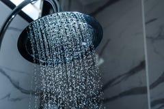 душ [душа] в bathroom с пропускать падений воды стоковые фотографии rf