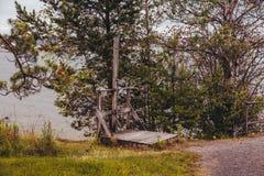 Душ на открытом воздухе в древесинах на побережье стоковое фото rf