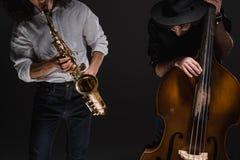 дуэт виолончели и саксофона playign джазменов стоковые фотографии rf