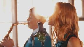 Дуэт джаза выполняет в ресторане Стиль саксофониста вокалиста ретро музыканты сток-видео