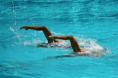 Дуэт синхронного плавания во время конкуренции Стоковые Изображения