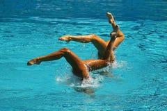 Дуэт синхронного плавания во время конкуренции Стоковые Фотографии RF