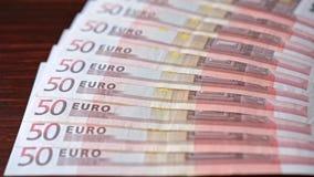 Дуют куча 50 банкнот евро на таблице Стоковые Изображения RF