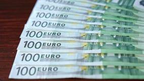 Дуют куча 100 банкнот евро на таблице Стоковая Фотография RF