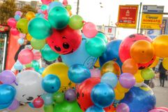 Дуя воздушные шары Congratulstions Стоковая Фотография
