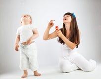 дуя девушка пузырей ее маленькая мать Стоковое фото RF