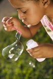 дуя девушка пузырей молодая стоковая фотография rf