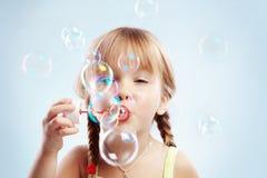 дуя девушка пузырей немного Стоковое Фото