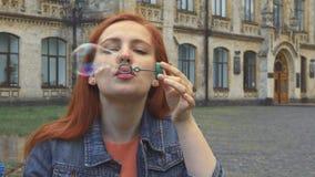 дуя девушка пузырей стоковая фотография