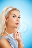 дуя женщина мыла пузыря Стоковые Изображения