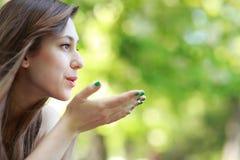 дуя женщина поцелуя молодая стоковое изображение
