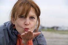 дуя женщина поцелуя Стоковые Фото