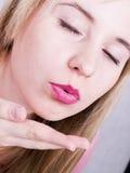 дуя женщина поцелуя Стоковая Фотография