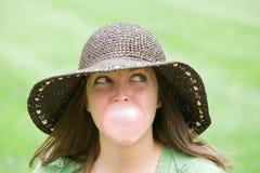 дуя женщина пузыря молодая Стоковое Изображение RF