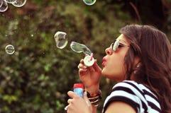 дуя женщина способа пузырей Стоковые Изображения