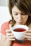дуя женщина супа чашки Стоковые Фотографии RF