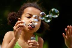 дуя мыло пузырей Стоковое Фото
