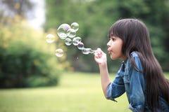 дуя мыло пузырей Стоковая Фотография RF