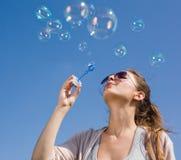 дуя небо пузырей стоковые фотографии rf