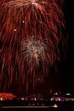 дуя ночное небо феиэрверков вверх Стоковые Фотографии RF