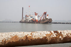 Дуя песок пускает по трубам и корабли в море Стоковая Фотография RF