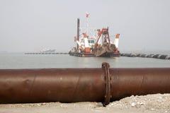 Дуя песок пускает по трубам и корабли в море Стоковые Фотографии RF