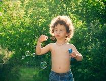 дуя пузыри мальчика стоковое фото rf