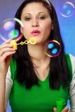дуя пузыри мылят женщину Стоковые Фото