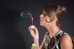дуя пузыри Стоковые Фото
