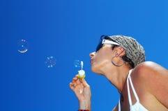 дуя пузыри Стоковые Изображения