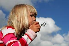 дуя пузырь стоковые изображения rf