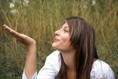 дуя рука девушки подростковая Стоковые Фотографии RF