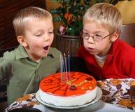 дуя свечки 2 мальчиков Стоковые Изображения RF