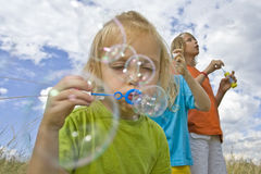 дуя childrem пузырей Стоковые Фото
