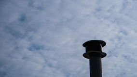 Дымовая труба с облачным небом Стоковые Изображения RF