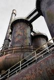 Дымовые трубы, трубки, и трубы с тяжелой патиной ржавчины, подиумы стоковое фото rf