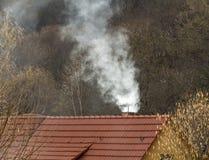 Дымя печная труба в естественной атмосфере стоковая фотография