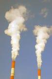 Дымя трубки небо предпосылки голубое Отсутствие людей Промышленный городской пейзаж Стоковое фото RF
