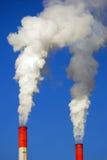 Дымя трубки небо предпосылки голубое Отсутствие людей Промышленный городской пейзаж Стоковое Изображение RF