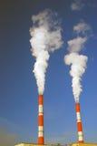 Дымя трубки небо предпосылки голубое Отсутствие людей Промышленный городской пейзаж Стоковое Изображение
