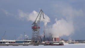 Дымя ` Sunila ` пульпы и бумажной фабрики, морозный день в феврале взгляд sapokka утеса парка ландшафта kotka Финляндии города сток-видео