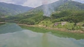 Дым вида с воздуха над людьми леса горит вниз деревья